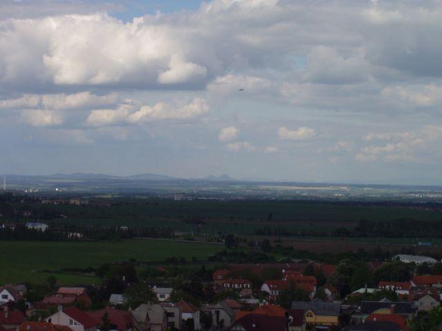 Pohled na Polomene hory a Bezdez od pocatecniho bodu. Kdyz budete mit obzvlastni stesti, i vzdalenejsi hory budou. Foto: Milancer, kveten 2004.