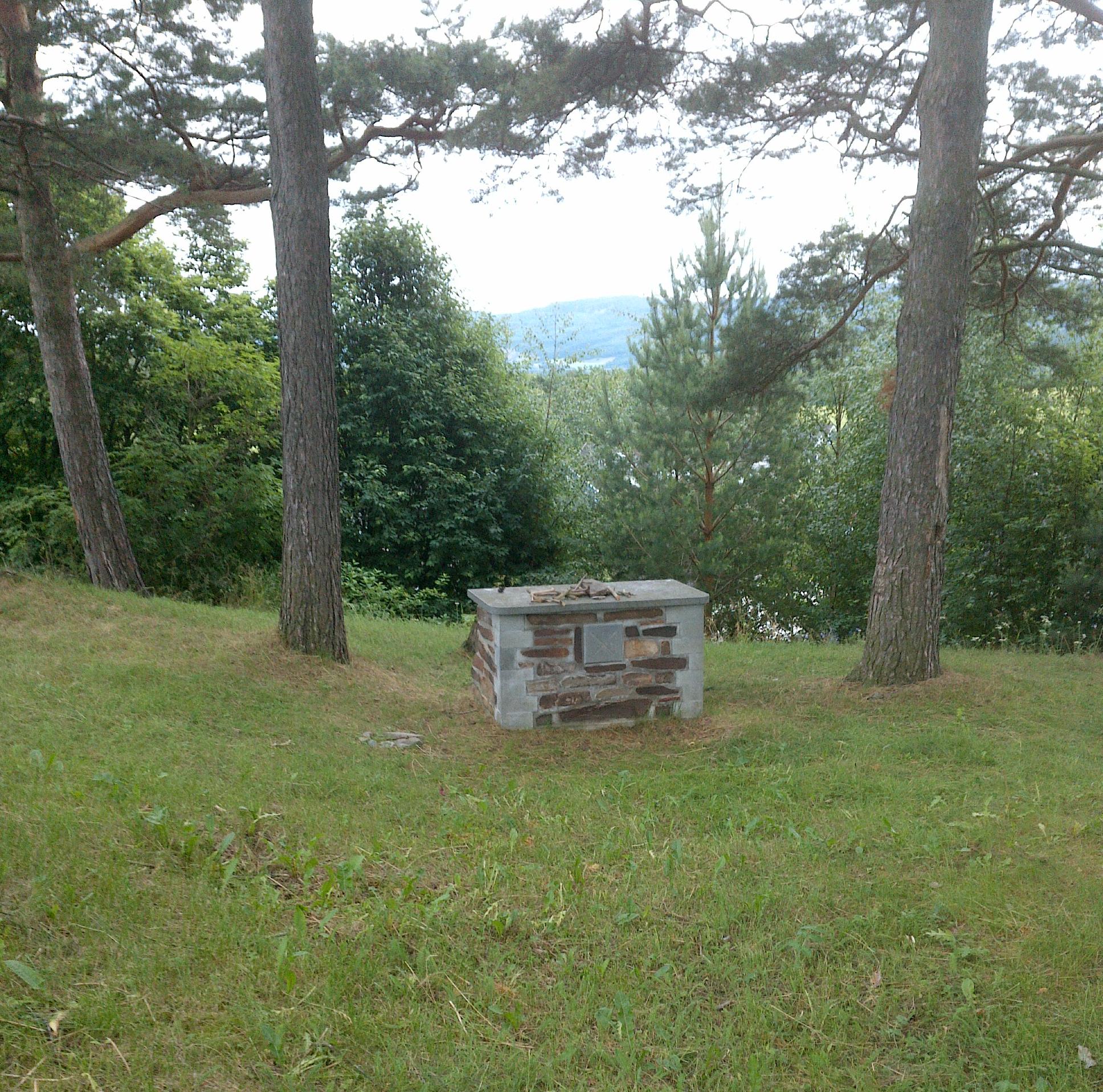 Man antar at alteret i Haug kirka sto her.
