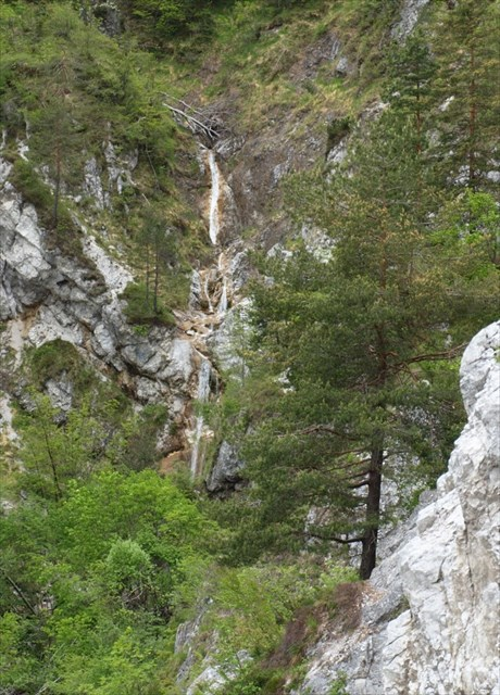 Pogled na gornje slapove s poti na planino Osredek / View on upper falls of the way to Osredek