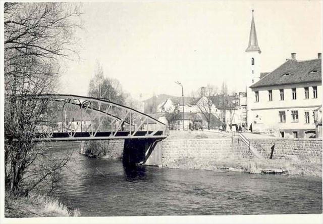 Most vedoucí z míst schodů v ulici U Sv. Markéty přímo na roh Zámku.jpg