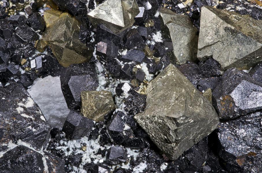 Magnétite (noir) et pyrite