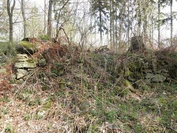 pozustatky kamenné stavby na Javorové skále
