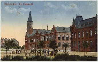 Namesti s budovou radnice a katolickym kostelem na prelomu 19. a 20. stoleti