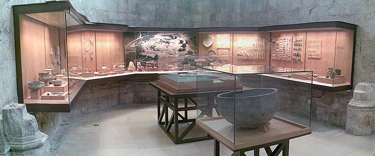 Vitrinas dedicadas ao Castro de V. N. de S. Pedro na sala 1 do Museu do Carmo (Lisboa)