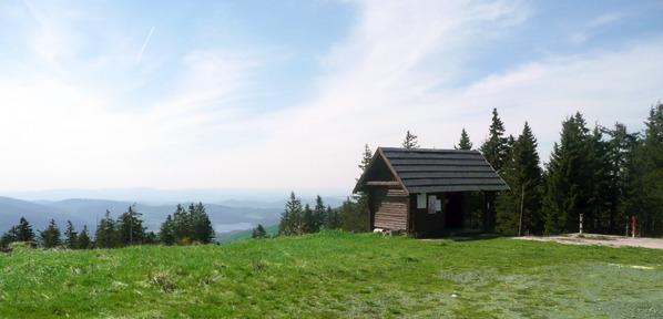 Turistický přístřešek na místě zaniklé chaty
