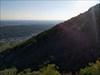 o vale e a silhueta da montanha