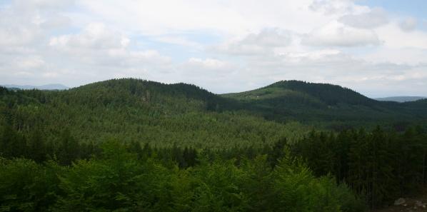 Tříslovec a Racovský vrch, vlevo v pozadí Přimda
