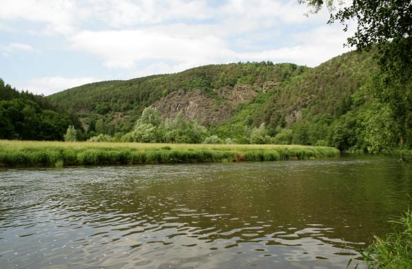 Skály za řekou
