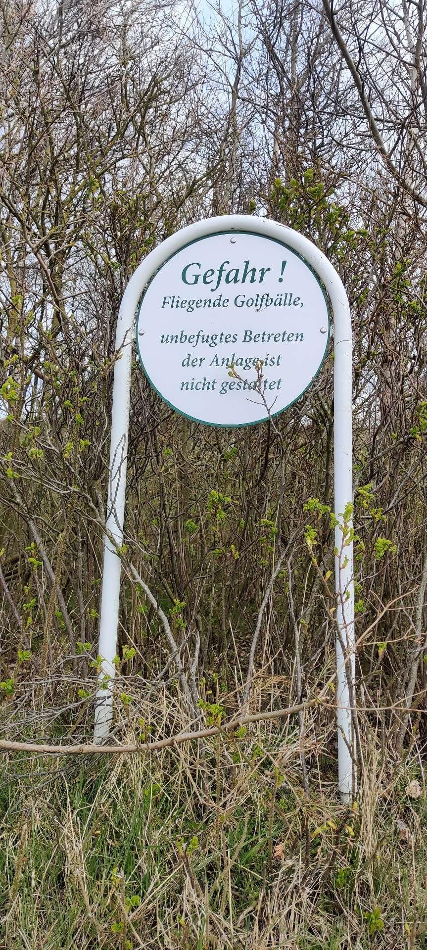 Schild zum Golfplatz