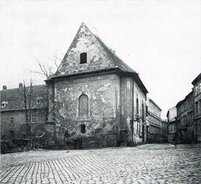 Kaple sv Morice (ceská) 1896 ustoupila školní budove proti kostelu sv Jakuba
