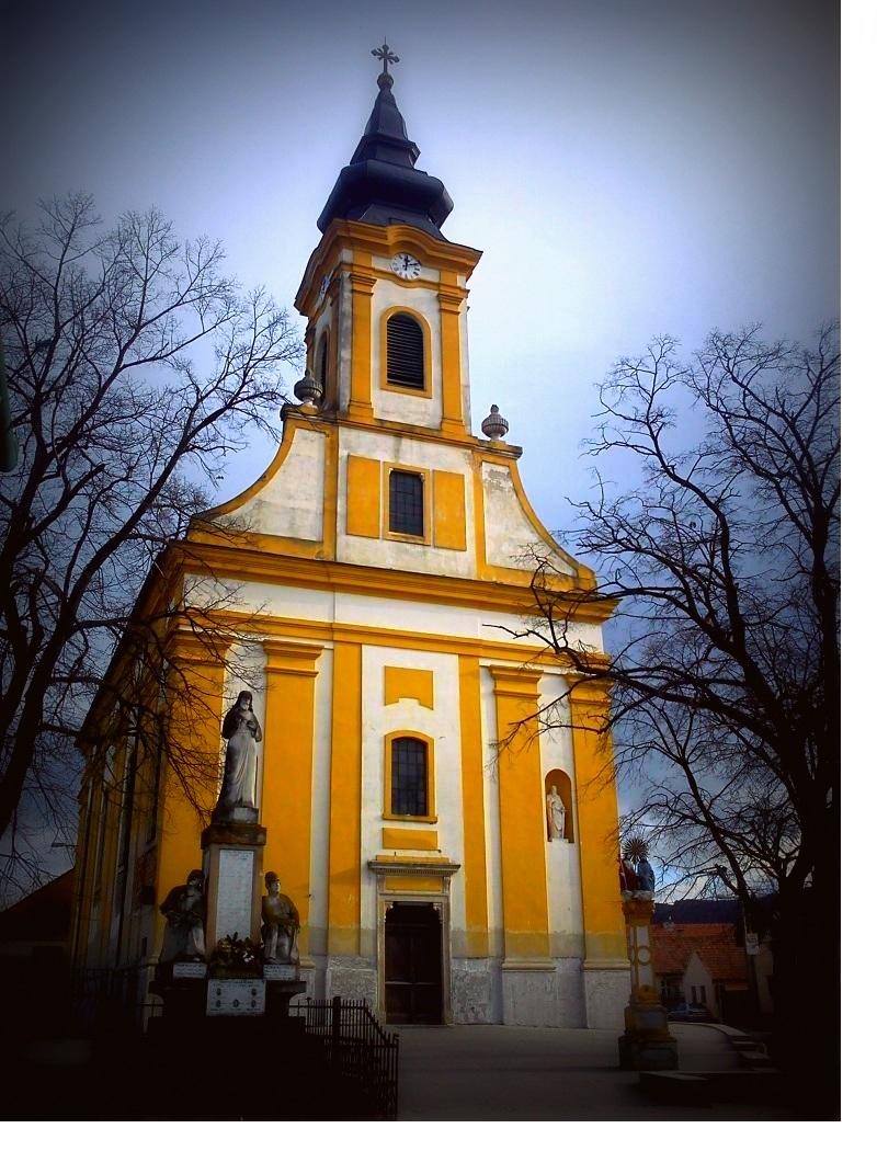 b428653b3 Prva zmienka o existencii farnosti a kostola pochadza z roku 1332 v supise  papezskych desiatkov. Farska budova stala povodne na mieste zaniknuteho  cintorina ...