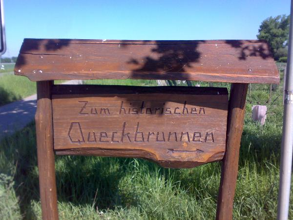 Schild zum Queckbrunnen