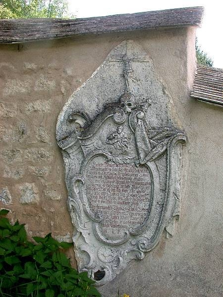 Eingemauerter Grabstein
