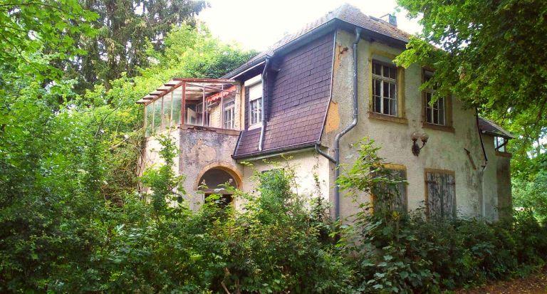 Villa im Wald nur vom Weg angucken