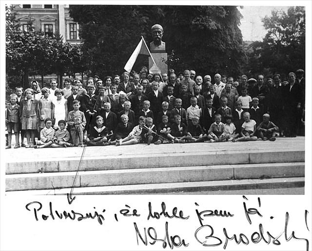 Vlasta Brodský u pomníku 1930