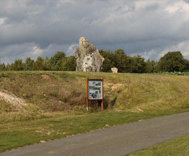 Photo avec le menhir, le panneau et la petite pierre pour les informations