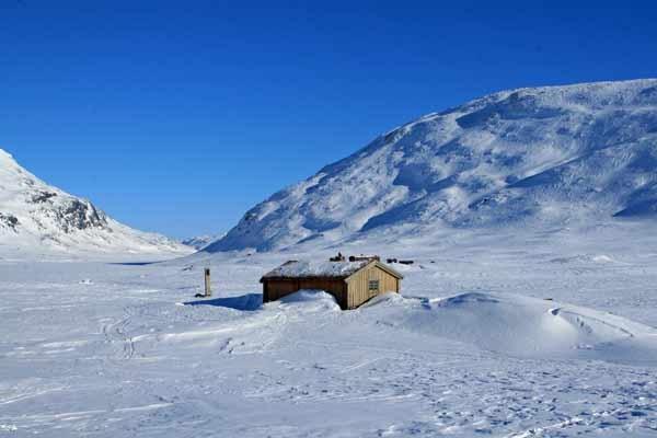 Vinjebua with surrounding mountains and Lake Bygdin