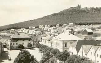 Město s hradem na dobové pohlednice