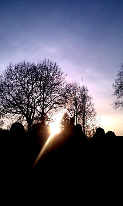 Hrbitov a západ slunce
