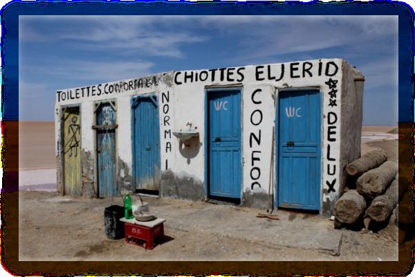 Záchodová oáza uprostřed solného jezera Chott el Jerid