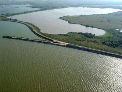 Oostvaardersdijk tussen Markermeer en Oostvaardersplassen.