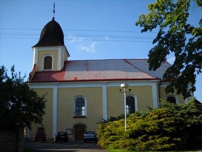 Ostřetín - kostel z pohledu z jihu, od silnice