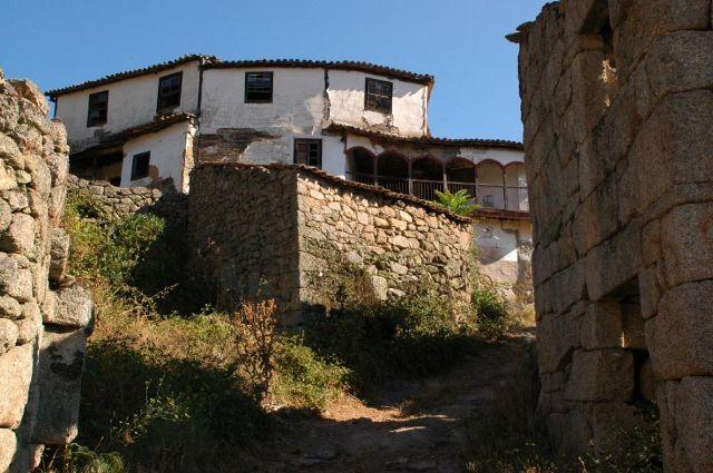 casa grande no centro da aldeia