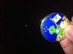 Der Moon Coin mit dem Mond im Hintergrund!