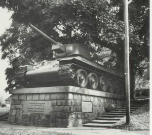 Pomník s tankem v roce 1975
