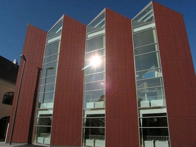 Nova moderna stavba knjižnice.