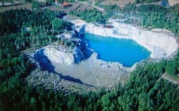 1972 Vatten börjar fylla dagbrottet. 1972 Water filling up the mine.