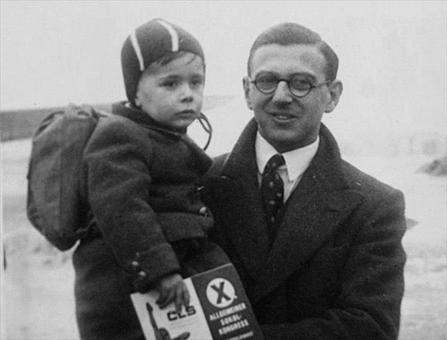 Sir Nicholas Winton with one of the children he rescued.