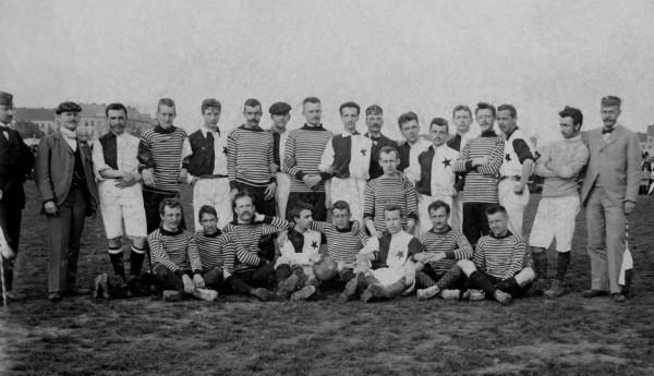 puvodni fotografie z r. 1891 se bohuzel vinou pozaru v mistni hospode nezachovala, proto az momentka ze zapasu z r.1897, FC Hubertov - SK Slavia Praha 4:0