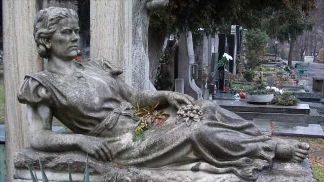 Socha ležící ženy