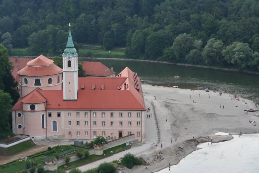 Blick vom nahegelegenen Aussichtsfelsen auf Kloster Weltenburg