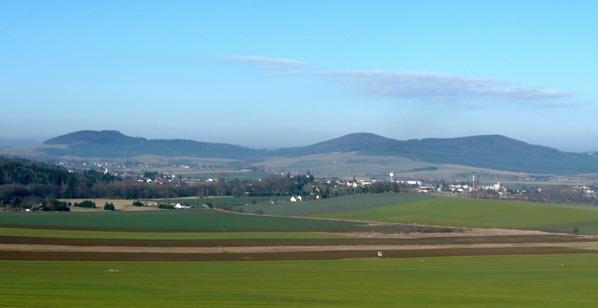 Lišák, Jezvinec a Orlovická hora v pozadí Nýrska