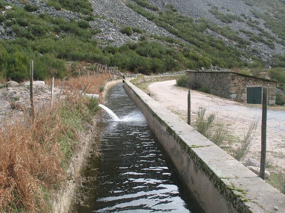 Levada de H2O ao longo do Vale de Unhais