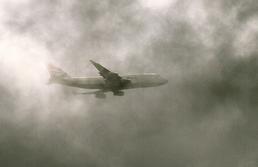 Flugzeug im Nebel
