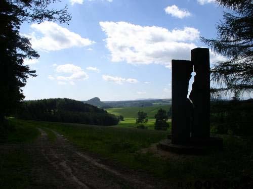Monument na okraji lesa