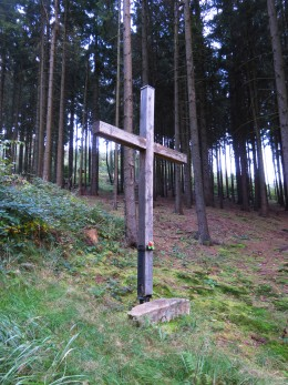 Kříž nad studánkou