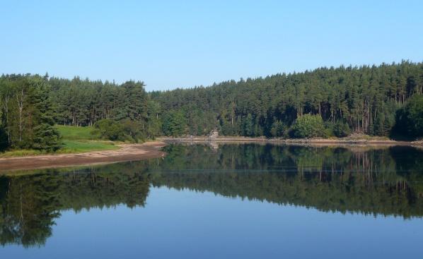 Z části vypuštěný rybník při pohledu od hráze