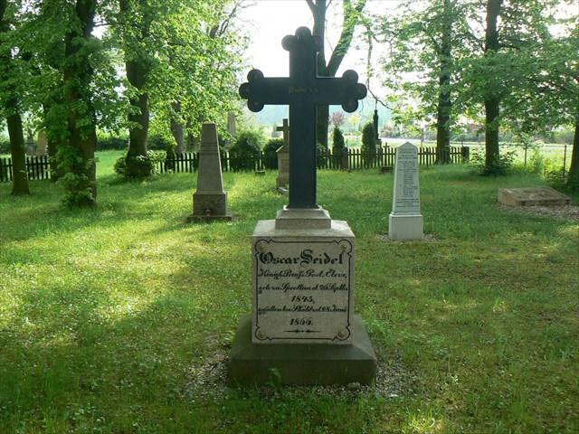 Jeden z pomníků připomínající hrůzné události