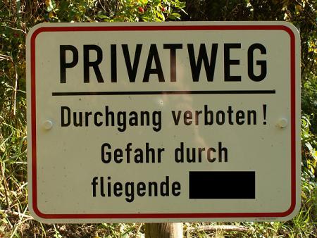 PRIVATWEG Durchgang verboten! Gefahr durch fliegende XXX