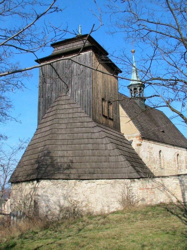 Zvonice a kostelik v pozadi