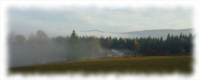 Hrbet Hrbu a Vysky tone v podzimni mlze