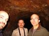 Os três dinossauros no interior da mina