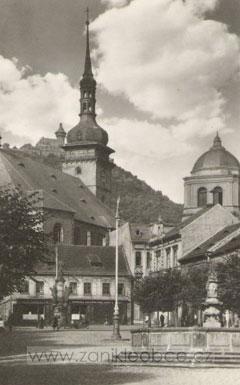 Dekansky kostel a kasna