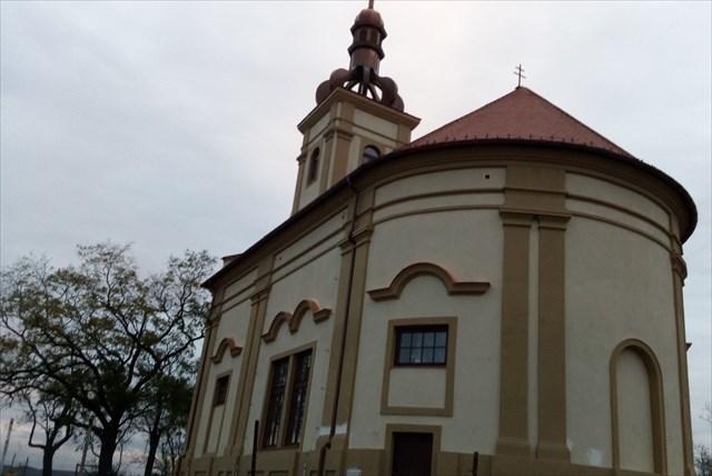 dnešní podoba kaple, na pozadí listingu zřícenina