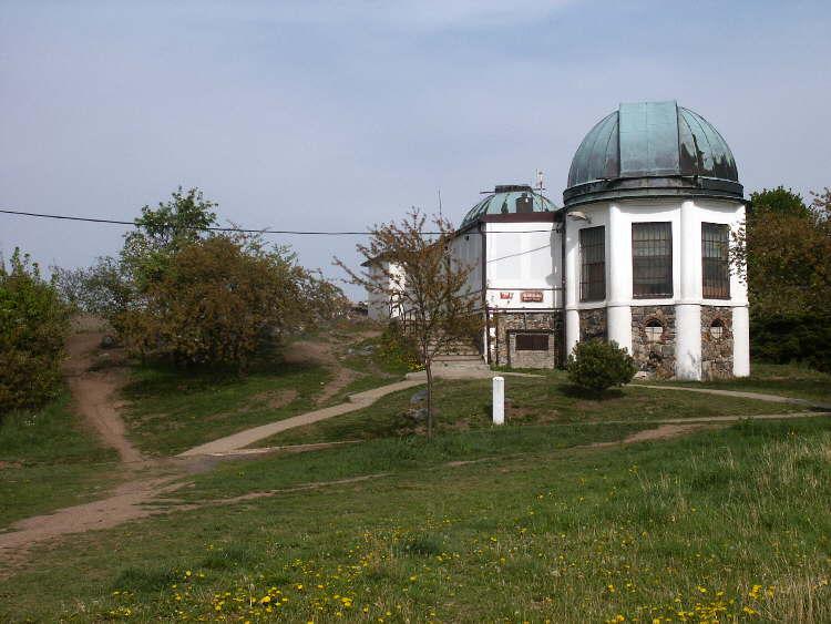 Hvezdarna Dablice nekolik desitek kroku od zacatku trasy. Foto: Tabacek, kveten 2004.