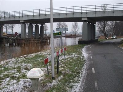 Aan de andere zijde van de brug staat ANWB Paddenstoel 18450/003 Muggenbeet NL.